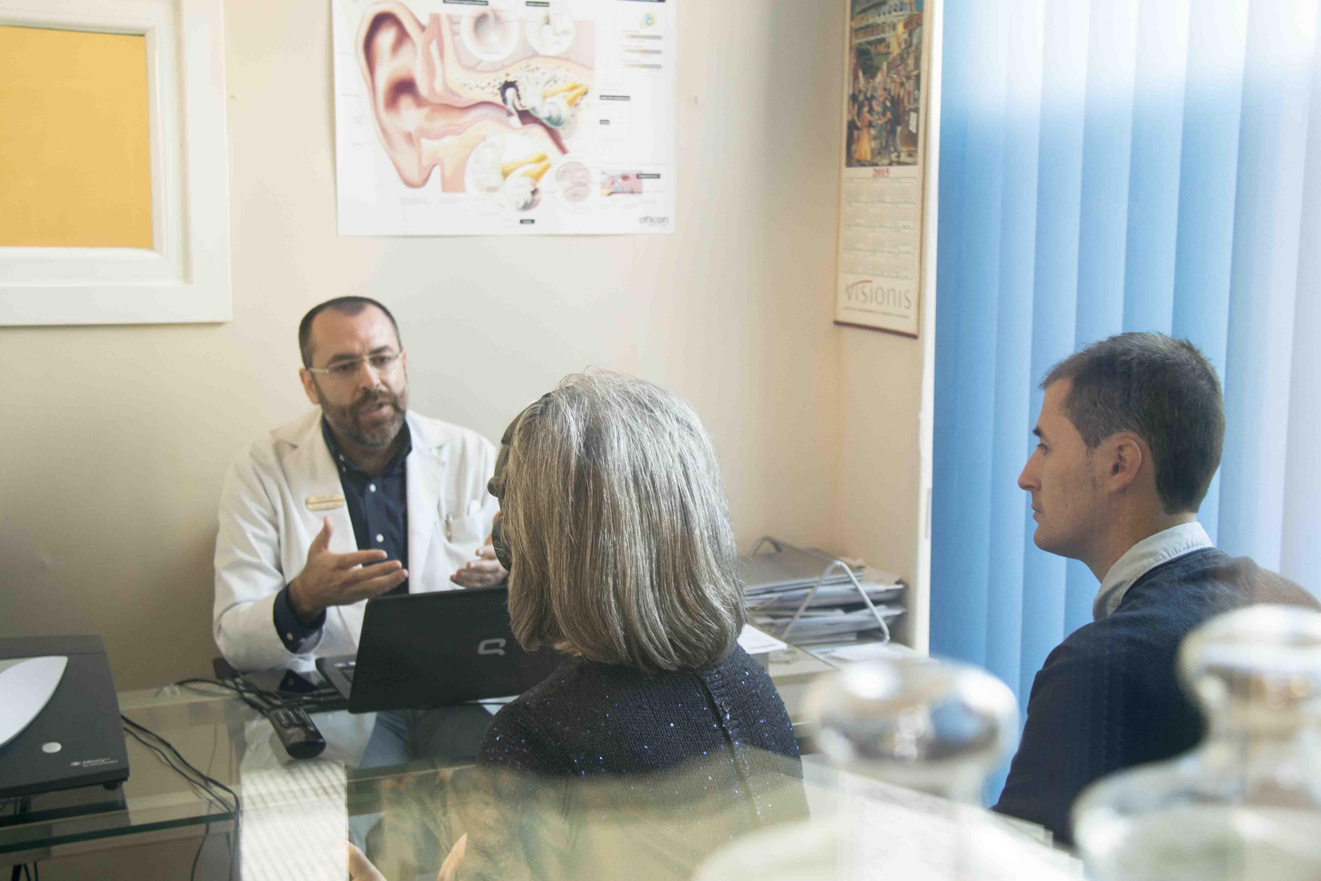 Aurelio González, de Centro Auditivo Zoco, atiende en la consulta a una paciente