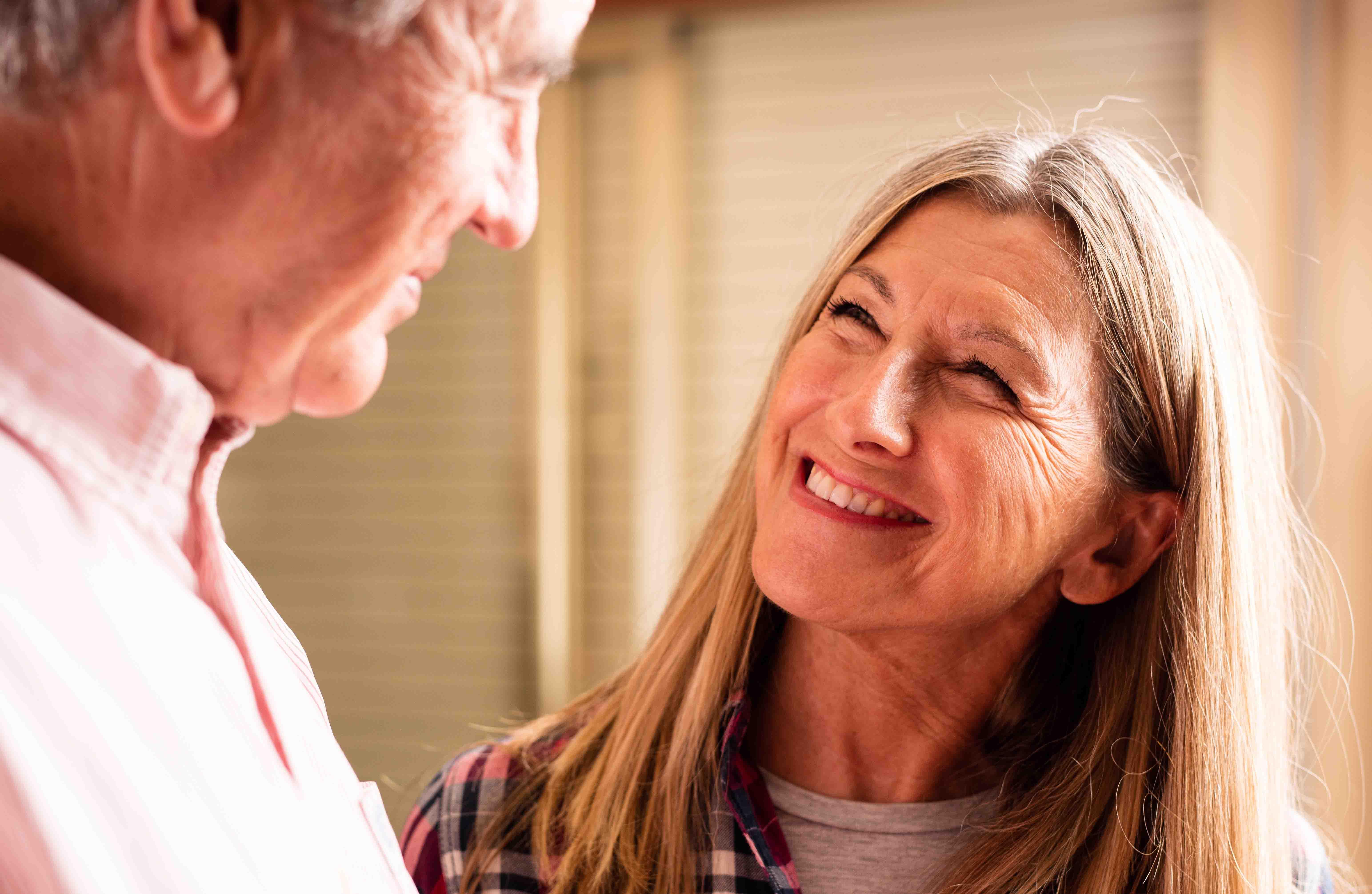 Pareja de ancianos sonriendo