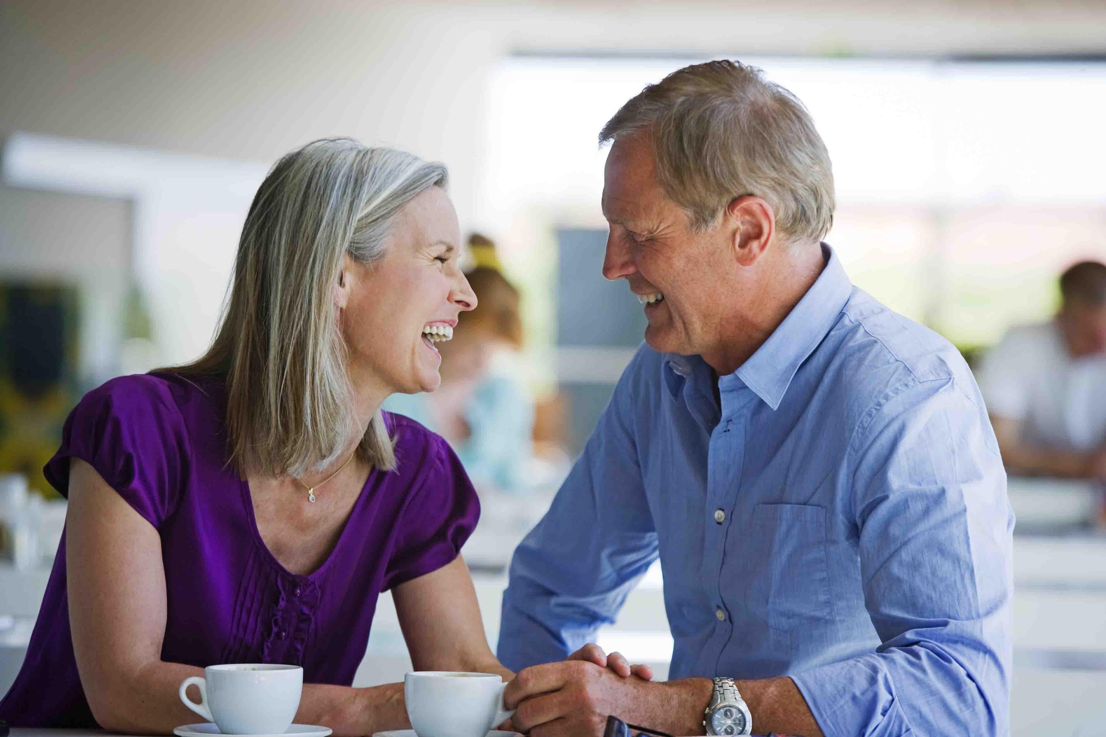 pareja con buena salud auditiva en una conversación