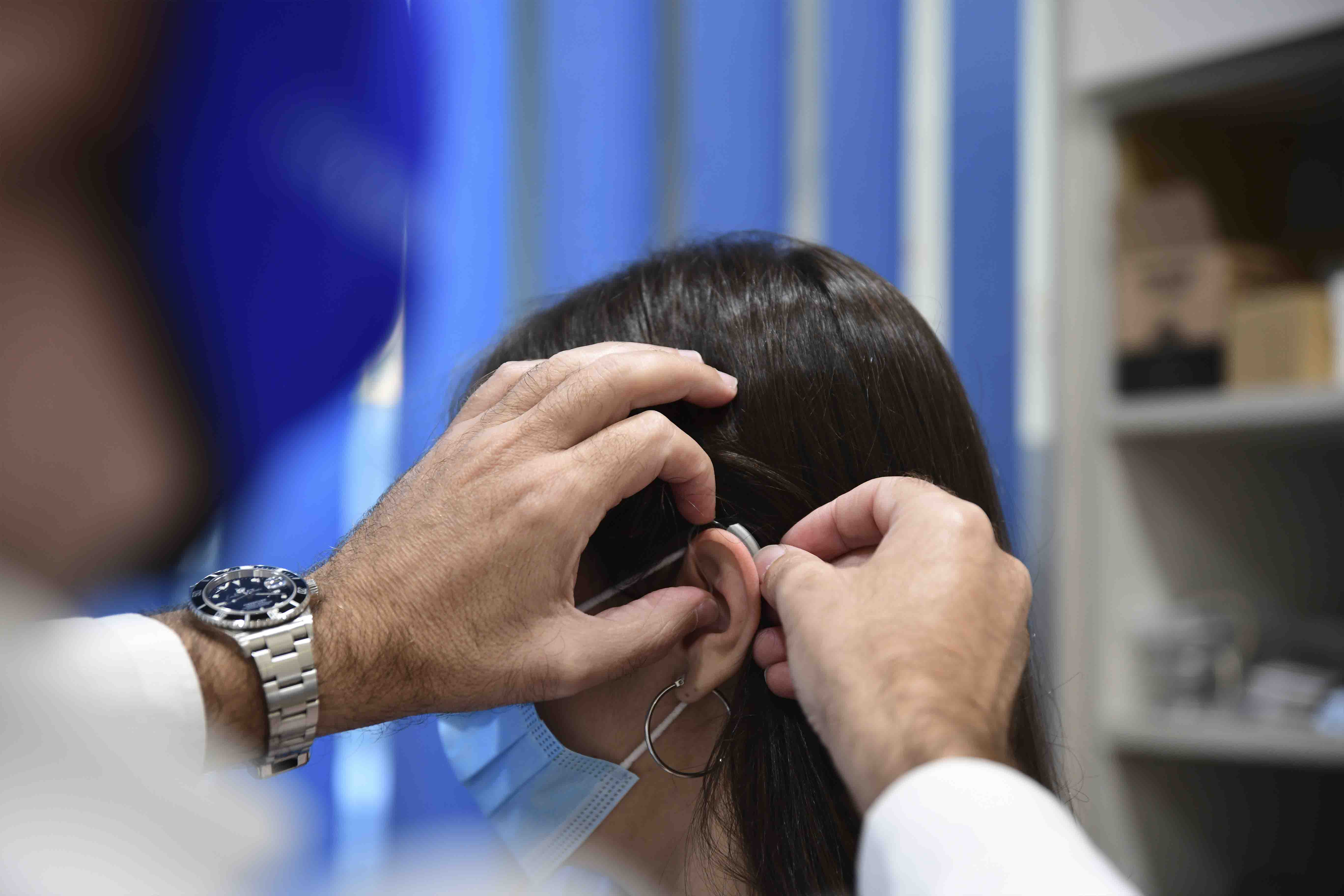 Persona con sordera y audífono en centro auditivo zoco