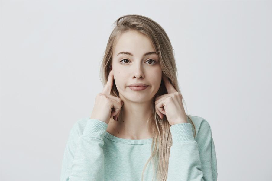 Mujer con acúfenos y oidos tapados